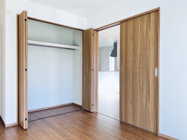 【同仕様施工例】洗面脱衣所です。窓があるので換気もできます。カビ予防対策は大事ですよ。