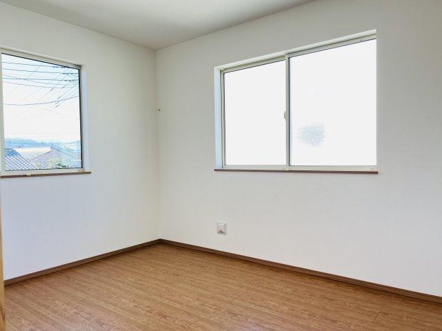 【同仕様施工例】2階 全居室南向きのお部屋です。2面の窓から日中の陽の光を感じ暖かいお部屋です。