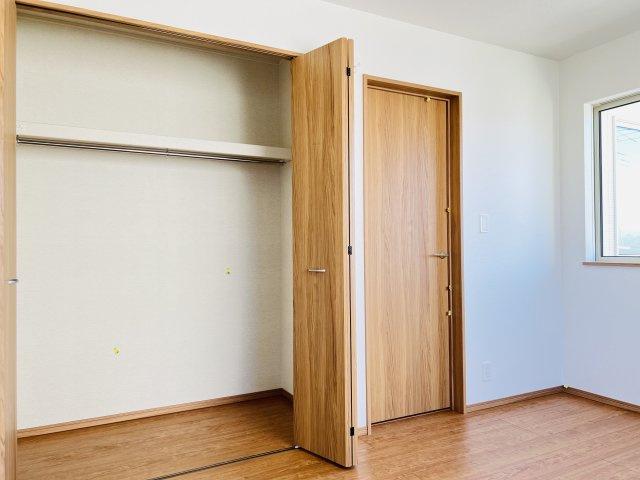 【同仕様施工例】2階 お洋服もしわにならずたっぷり掛けられます。