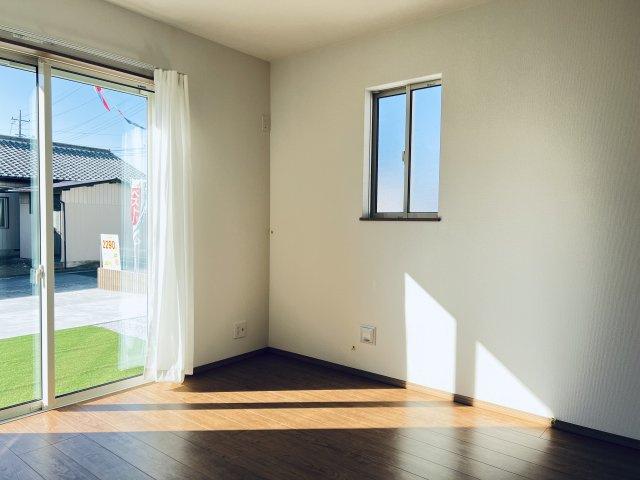 【同仕様施工例】1階 洋室クローゼットです。普段よく着る衣類やバッグ等収納するのに便利です。