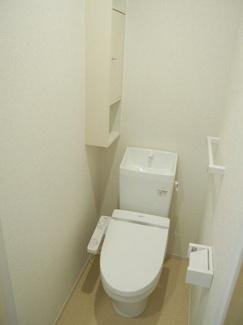ウォシュレット付きトイレ 小物の収納スペースもあります