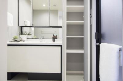 LIXIL製化粧洗面台を新規交換。清潔感のあるホワイトを基調としています。洗面化粧台の横にはタオルや着替えの収納に便利な棚があります。