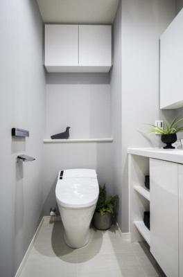 廊下からアクセスするレストルームにはLIXIL製シャワートイレを新規交換。タンクレスなのですっきりな見た目かつお手入れも楽です。