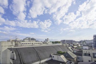 開けた空を一望…最上階5階のバルコニーからの眺望を眺めながら、忙しない日々をリフレッシュできそうですね。