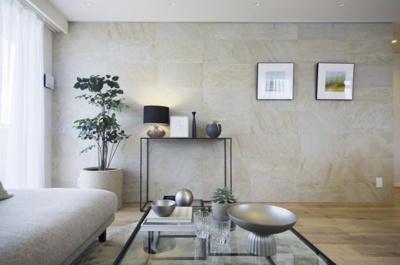 石壁をアクセントウォールに採用したリビング。上品な石目模様のタイルは、お気に入りのアートや小物を美しく引き立てて、高級感漂う空間になります。