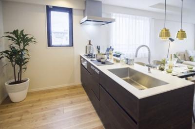 キッチンはスタイリッシュな田中工藝のオリジナルシステムキッチンを新規交換。キッチンにも窓があり採光良好です◎