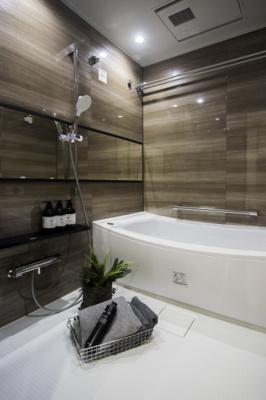 ウッド調パネルがくつろぎの空間を演出してくれる浴室です。1418サイズのゆったりユニットバスは、TOTO製を新規交換。