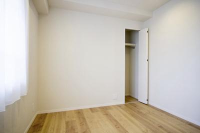 約5.1帖の洋室2です。ワークスペースとしてお使いいただくにも良い広さです。