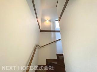 2階から3階への階段です♪手すり付きで安心・安全です!