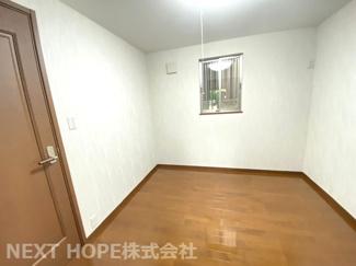 1階洋室4.5帖です♪こじんまりとした居室です!在宅ワークのお部屋としてもいいですね(^^)
