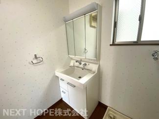 洗面化粧台です♪シャワー水栓で使い勝手がいいです!鏡は三面鏡です!鏡の後ろは小物収納になっております!