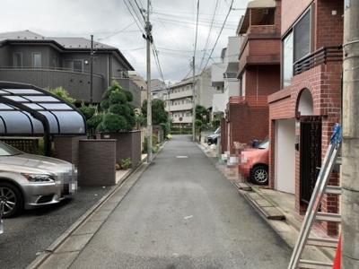 車通りの少ない閑静な住宅街(2021.9.25撮影)。