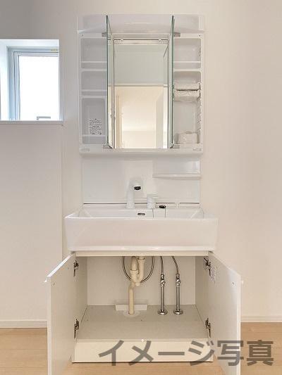 三面鏡タイプの洗面台。鏡の裏は収納スペース。石鹸置場など工夫された設計。シンク下も収納できます。