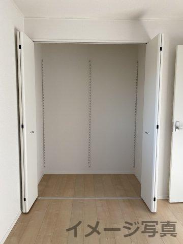 洋室クローゼット。奥行のあるクローゼットで衣類やバックなどをスッキリ収納でき、空間を広々使えます♪