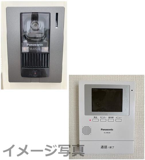 インターホン。大画面モニターで玄関先を確認できます。夜間の訪問者の顔も確認できるLEDライトを装備。