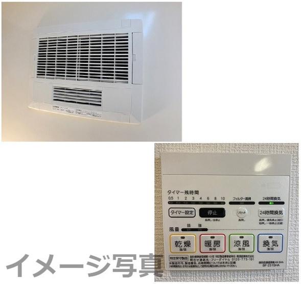 浴室乾燥暖房機。夜に洗濯しても寝ている間にカラッと乾き便利です♪働くママに最適 浴室のカビ防止にも◎