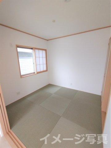 リビング隣和室。客間としてはもちろん、お子様のお昼寝や遊びスペースとしても使えます♪