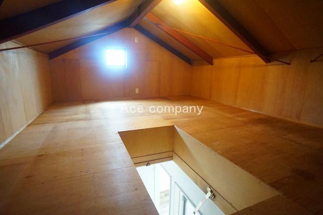 季節物収納に便利な屋根裏収納付き♪