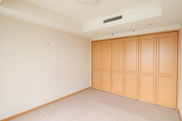 【洋室】約8.2帖のお部屋には、収納スペースも充実しております!!
