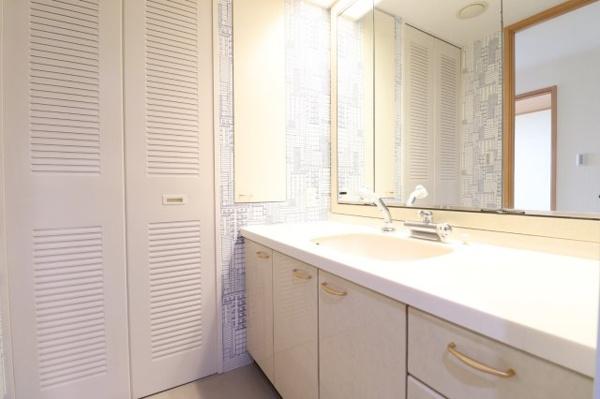 【独立洗面台】白を基調とした独立洗面台です!リネン庫にはタオルや洗剤などを収納していただけます!
