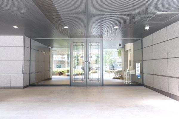 【エントランス】ホテルのような外観のエントランス入口です☆