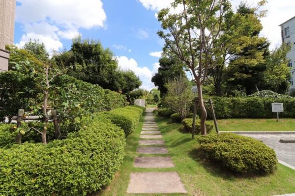 【庭】外には緑がたくさんあり、お散歩にもぴったりです!