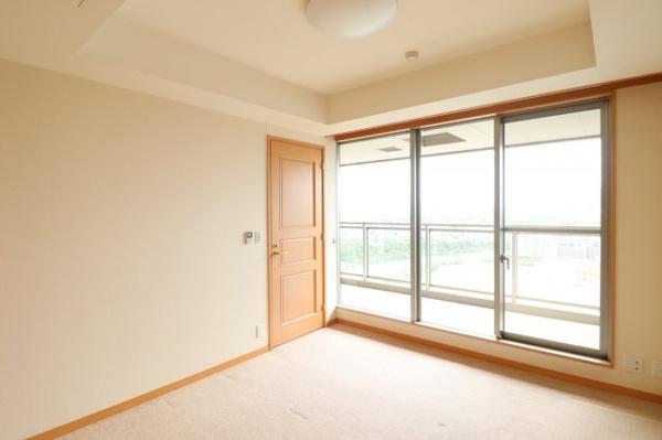 【洋室】約8.2帖の洋室は、南向きの窓で明るく開放感あるお部屋です!