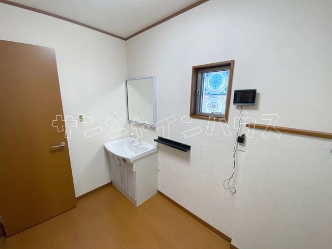 洗面所は広々3帖もあります。タオルや洗剤をストックする棚も置ける嬉しい広さです。