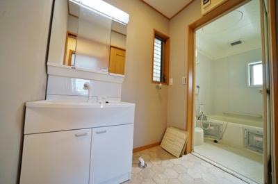 洗面台新規交換済で清潔感たっぷりの洗面スペース