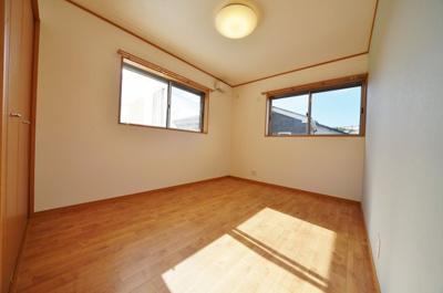 1階約6.5帖のお部屋は2面採光で開放感がございます