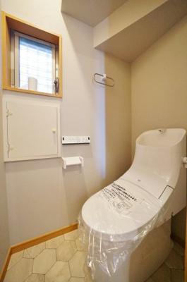 新規交換済の温水洗浄機能付きトイレです