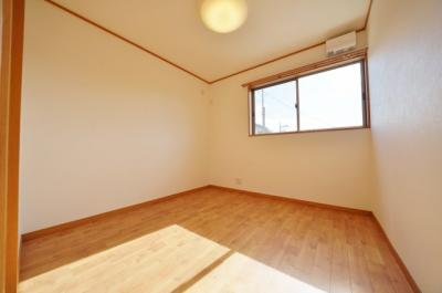2階約4.5帖の洋室です。全居室窓がございます
