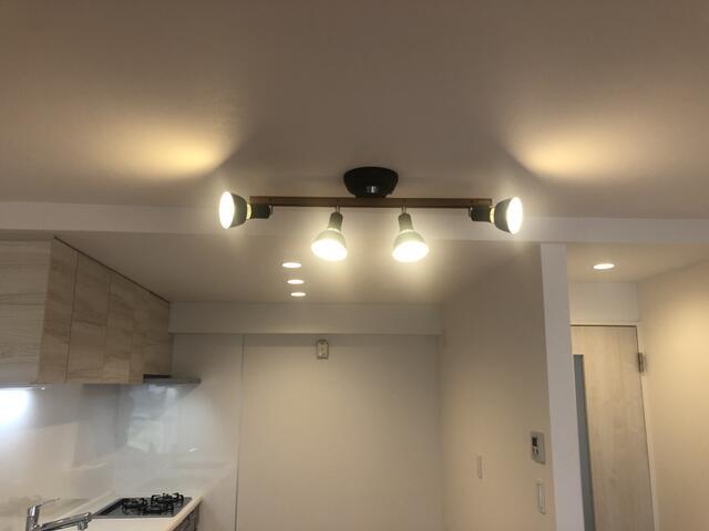 シーリングライトは高い位置から部屋全体を照らしてくれます。