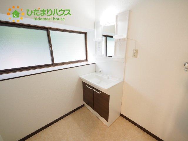 洗面台備え付けの収納は、洗剤などのストックをしまうのに便利です(*^^*)