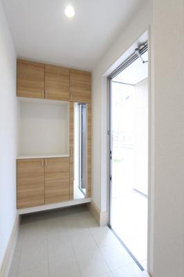 落ち着いた玄関です:建物完成しました♪♪毎週末オープンハウス開催♪三郷新築ナビで検索♪
