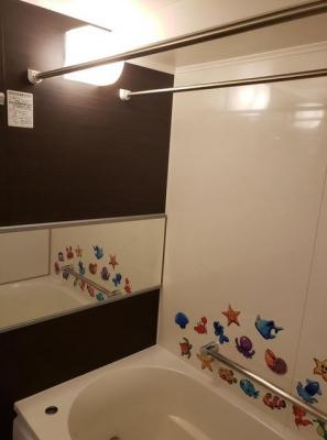 浴室換気乾燥機付きのバスルーム。