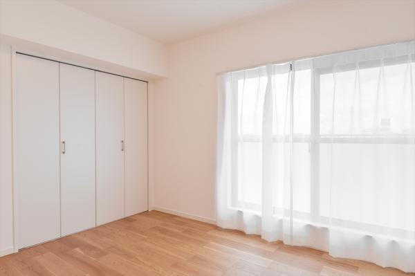 ルーフバルコニーに面した洋室約5.2帖 各居室クローゼットがございます