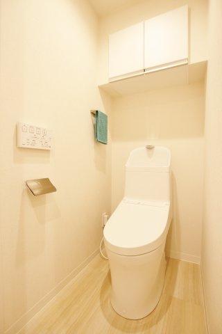 トイレも新規交換につき快適にお使いいただけます 上部には収納便利な吊戸棚を設置
