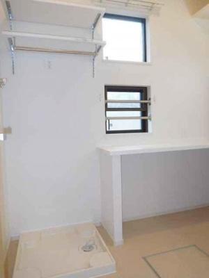 室内洗濯機置き場と収納棚