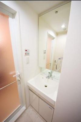 鏡の大きく使い勝手の良い独立洗面台
