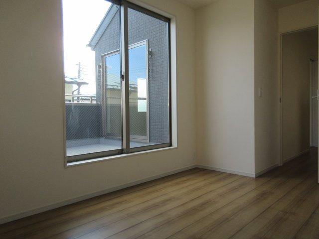 洋室(1)開放感のあるバルコニーに面した居室