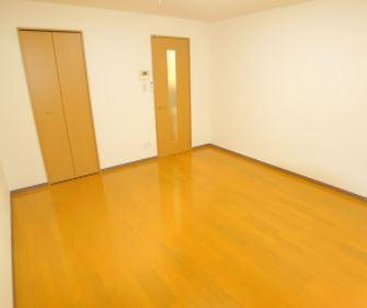 落ち着いた色調の寝室です