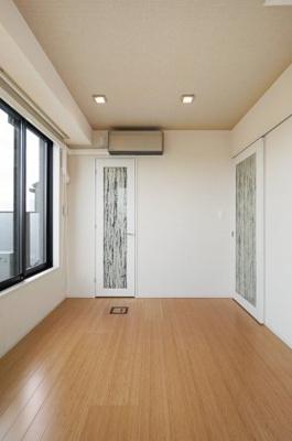 ルーフバルコニーに面した明るい洋室。
