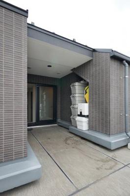 住戸を囲むコの字型のルーフバルコニー。