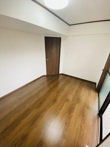 5.5帖の洋室。バルコニーに面した明るい洋室で換気や採光ばっちりです!