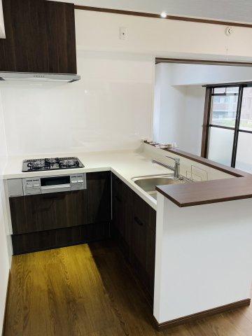 使いやすくて機能的なL字型キッチン♪ 作業スペースが広くて、お料理好きにもきっと満足していただけます