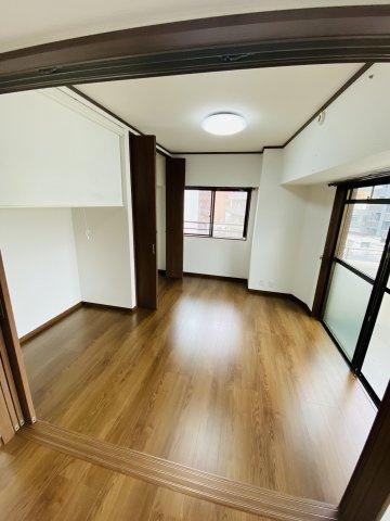 6.5帖の洋室。2面窓から室内に多く光を取り入れております♪  収納スペースも設けられているため、居住スペースは広くお使いいただけます