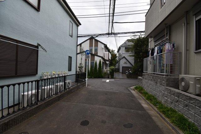 車通りがなく静かな周辺住環境。小さなお子様でも安心の街並みは落ち着いてお過ごし頂けます。