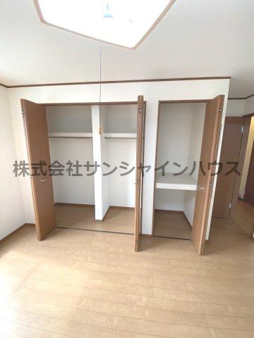 約8.3帖の洋室には、大型クローゼット1か所(枕棚+ハンガーパイプ付)と天井までたっぷり詰まる収納スペースがあります。