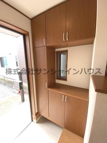 小窓があって明るい玄関、天井タップリ入る収納力の高い下駄箱です。
